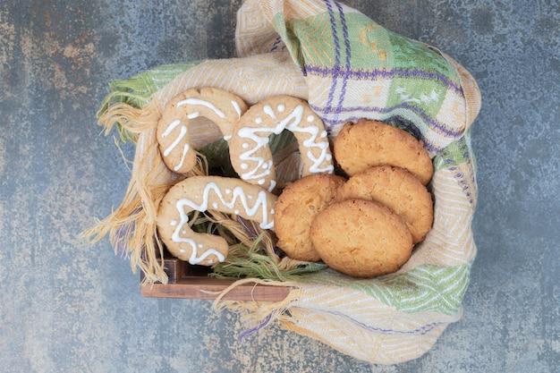 Biscuits en pain d'épice et biscuits dans un panier en bois. photo de haute qualité