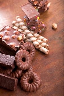 Biscuits en pain d'épice et chocolat sur une surface en bois