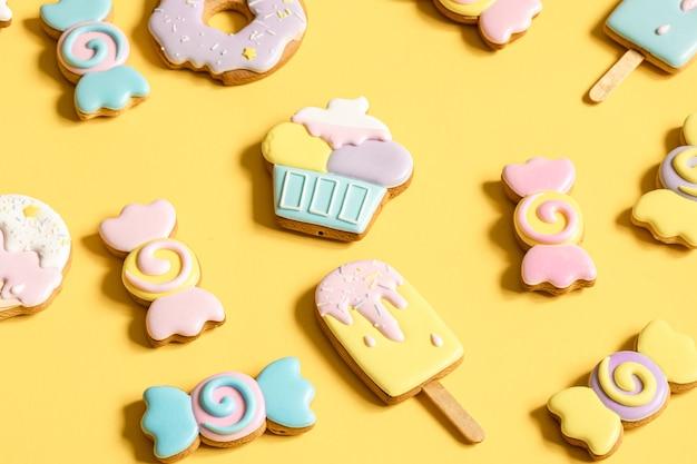 Biscuits de pain d'épice colorés sous forme de bonbons et de crème glacée en glaçage.