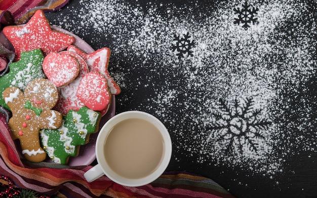Biscuits de pain d'épice dans un bol sur blacktop saupoudré de sucre en poudre