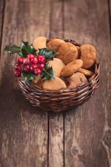 Biscuits en pain d'épice dans un joli petit panier