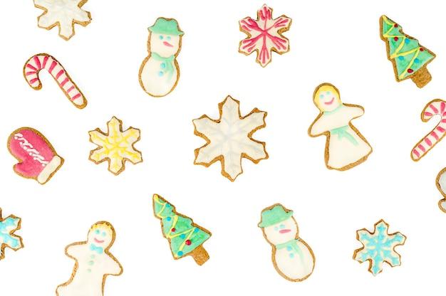 Biscuits de pain d'épice sur fond blanc, composition à plat. arrière-plan, isolé. photo de haute qualité