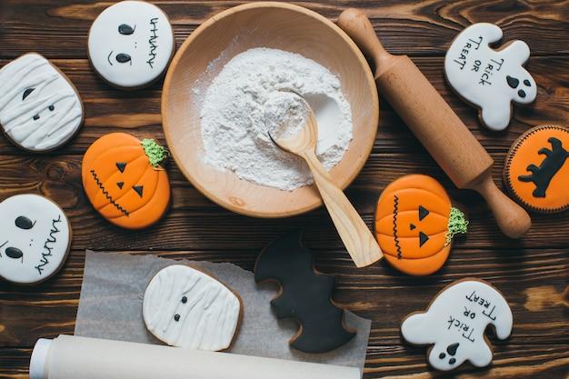 Biscuits de pain d'épice frais halloween sur la table en bois.