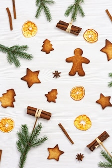 Biscuits de pain d'épice de noël, branches de pin et bâtons de cannelle