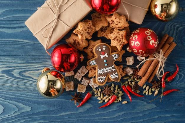 Biscuits de pain d'épice de noël et épices sur table en bois. fermer