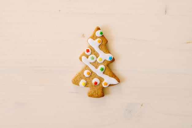 Biscuits de pain d'épice de noël sur fond de bois ancien. joyeux noel et bonne année. concept de cuisson de noël. vue de dessus.