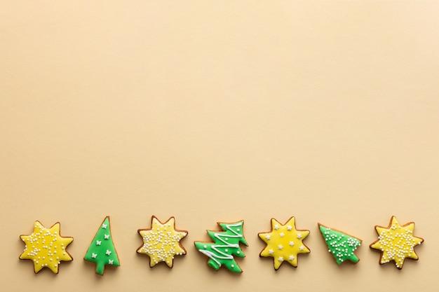 Biscuits de pain d'épice de noël en forme d'étoile et d'arbre