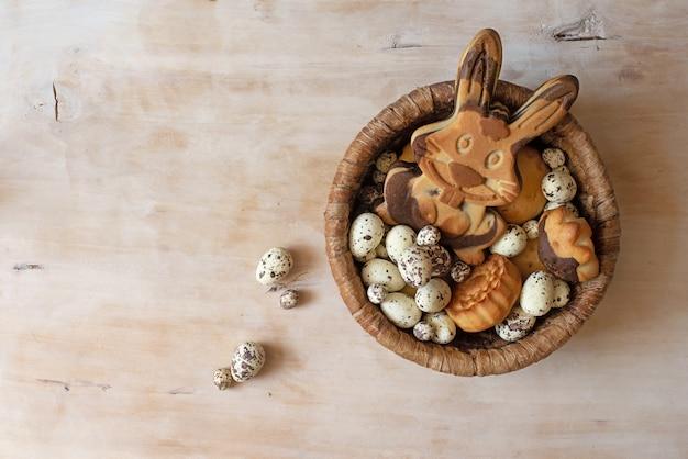 Biscuits de pain d'épice de pâques sur table en bois. oeufs et lapin comme un pain d'épice.