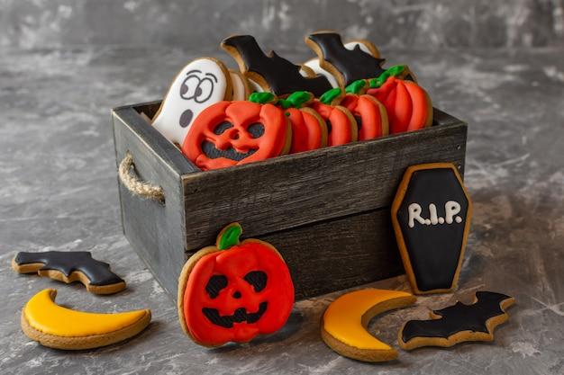 Biscuits de pain d'épice pour halloween multicolores dans une boîte en bois