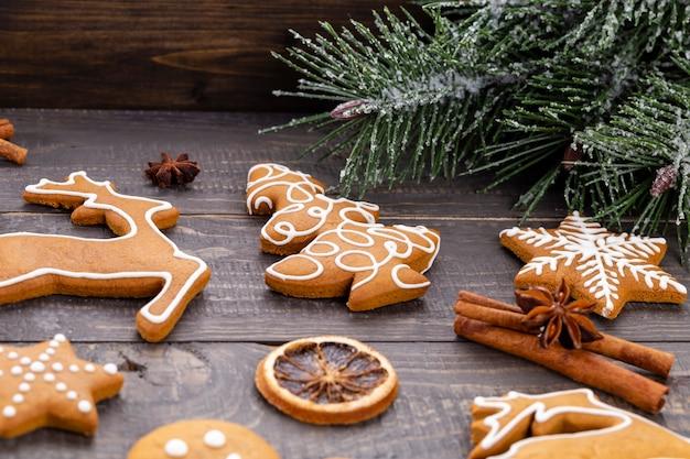 Biscuits de pain d'épice savoureux et décor de noël sur fond en bois.