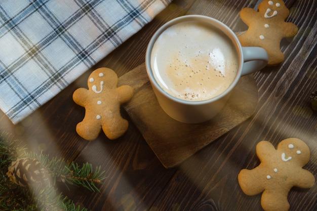 Biscuits de pain d'épice et tasse de café