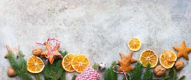 Biscuits de pain d'épices cuits au four oranges séchées maison