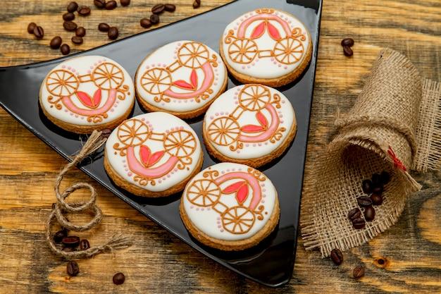 Biscuits de pain d'épices faits maison recouverts de glaçage