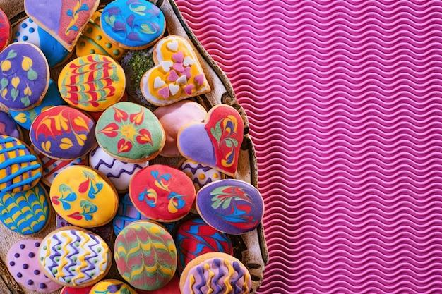 Biscuits de pâques colorés faits maison, fraîchement préparés et décorés. vue de dessus.