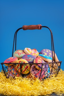 Biscuits de pâques colorés faits maison, fraîchement préparés et décorés.