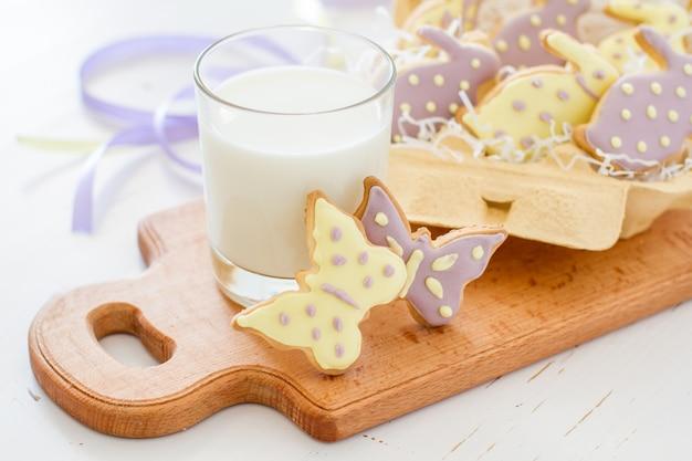 Biscuits de pâques dans un porte-oeufs, lait