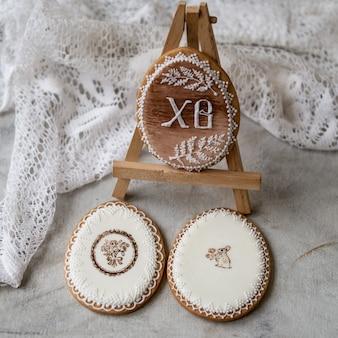Biscuits de pâques en pain d'épices sous forme d'oeufs dans un style rétro