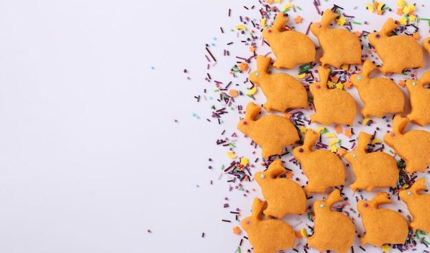 Biscuits de pâques sous la forme de lapins mignons sur fond blanc, le concept d'une fête à l'église de printemps