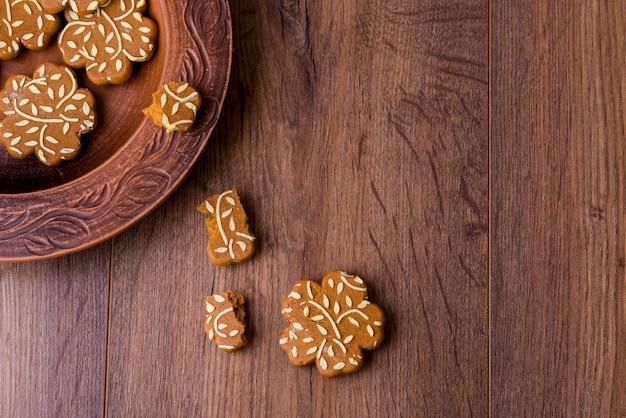 Biscuits parfumés au gingembre sous forme de fleurs.