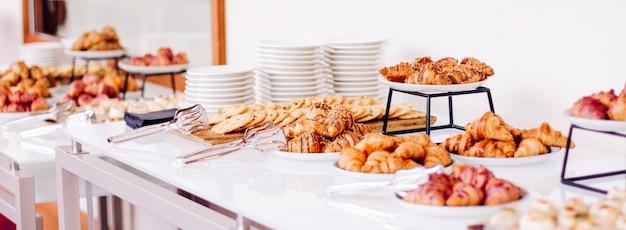 Biscuits pâtissiers et croissants desserts sucrés servis lors d'événements caritatifs, boissons alimentaires et concept de menu comme bannière de fond de vacances pour la conception de marque de luxe