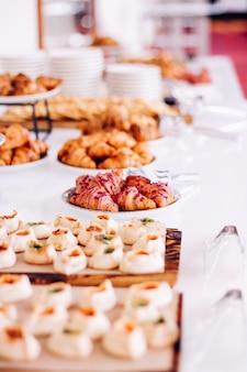 Biscuits pâtissiers et croissants desserts sucrés servis lors d'événements caritatifs boissons alimentaires et concept de menu comme bannière de fond de vacances pour la conception de marque de luxe