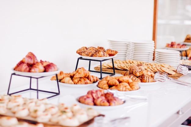 Biscuits pâtissiers et croissants desserts sucrés servis lors d'événements caritatifs boissons alimentaires et concept de menu a ...