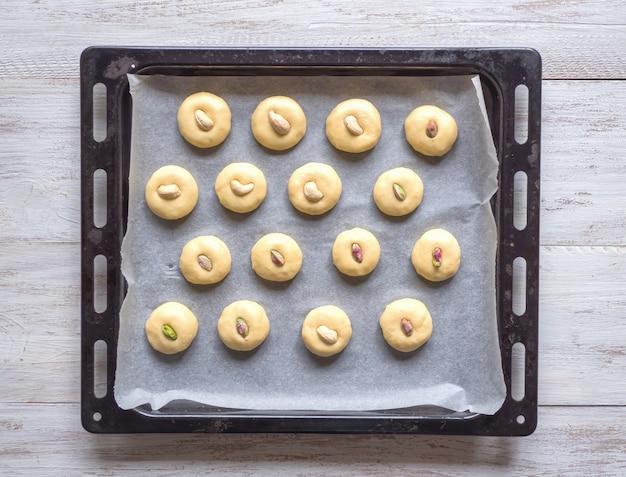 Biscuits peda (indian sweet) sur une plaque à pâtisserie. bonbons aux dates de l'aïd et du ramadan - cuisine arabe.