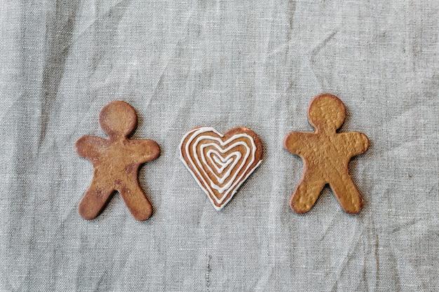 Biscuits pour noël, hommes et coeurs en pain d'épice, famille, amour