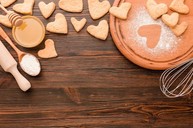 Biscuits pour la saint-valentin avec des ustensiles de cuisine