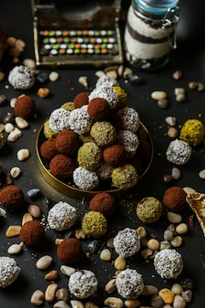 Biscuits recouverts de copeaux de noix de coco et de noix frites