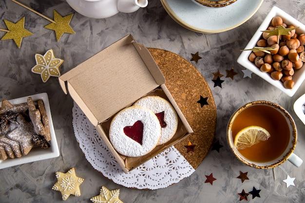 Biscuits ronds avec de la confiture en forme de coeur dans une boîte cadeau
