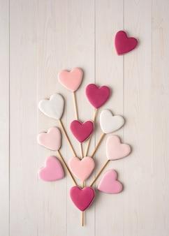 Biscuits roses et blancs sur un bâton en forme de cœur. la saint valentin.