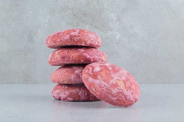 Biscuits roses regroupés sur fond de marbre.