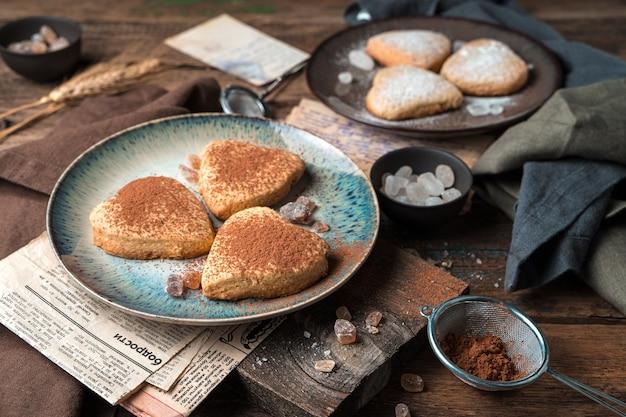 Biscuits sablés au cacao sur fond vintage. vue de côté.