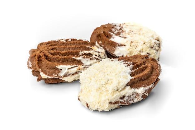 Biscuits sablés au chocolat à la noix de coco isolated on white