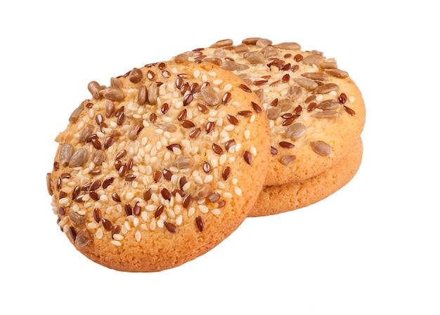 Biscuits sablés aux graines de sésame, de lin et de tournesol isolés sur blanc