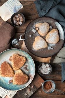 Biscuits sablés de deux types sur un fond vintage. la vue du haut.
