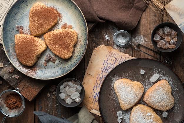 Biscuits sablés avec du sucre en poudre et du cacao sur un fond vintage.