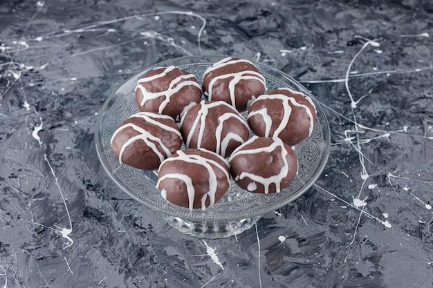 Biscuits sablés enrobés de chocolat blanc et noir.
