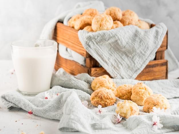 Biscuits sablés sur fond clair avec des fleurs printanières. photo horizontale. espace de copie.