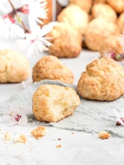 Biscuits sablés sur fond clair avec des fleurs printanières. photo verticale. espace de copie.