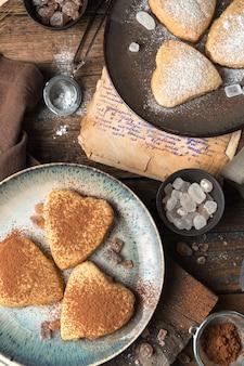 Biscuits sablés sur fond vintage. la vue du haut. concept d'arrière-plans culinaires.