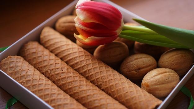 Biscuits sablés et tulipes. cadeau à la femme. bonbons russes - biscuits et tubes oreshki