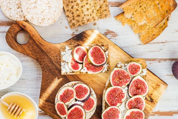 Biscuits sains et du pain grillé avec des figues et du fromage ricotta