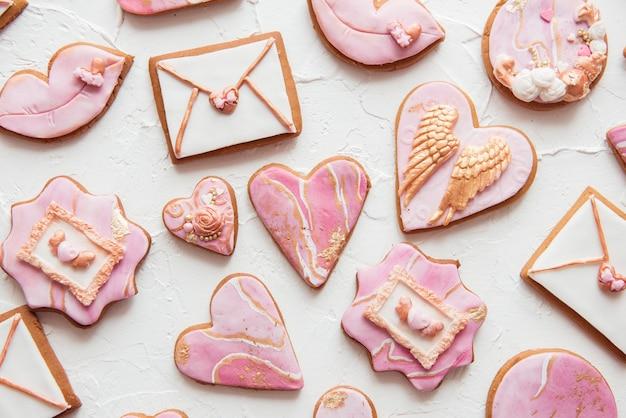Biscuits de la saint-valentin: coeurs, enveloppes, lèvres sur fond blanc