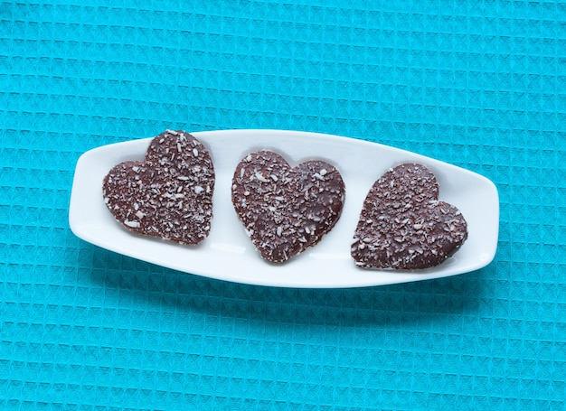 Biscuits saint valentin en forme de coeur sur assiette