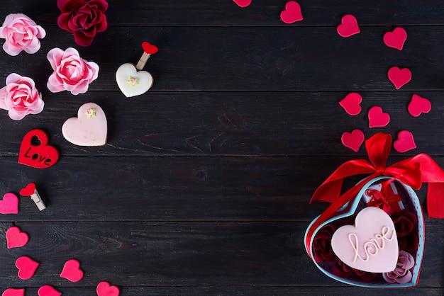 Biscuits de saint valentin en forme de coeur sur fond en bois foncé
