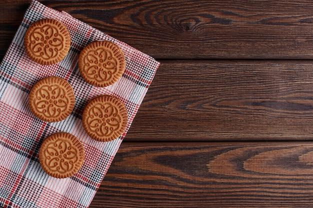 Biscuits sandwich, biscuits à la crème, biscuits fourrés à la crème sur table en bois
