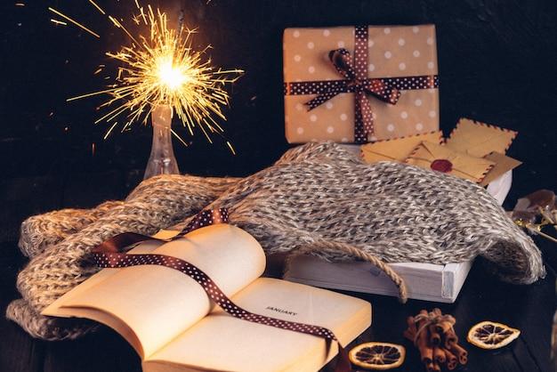 Biscuits de sapin de noël en pain d'épice, livre ouvert avec l'inscription sur la page janvier
