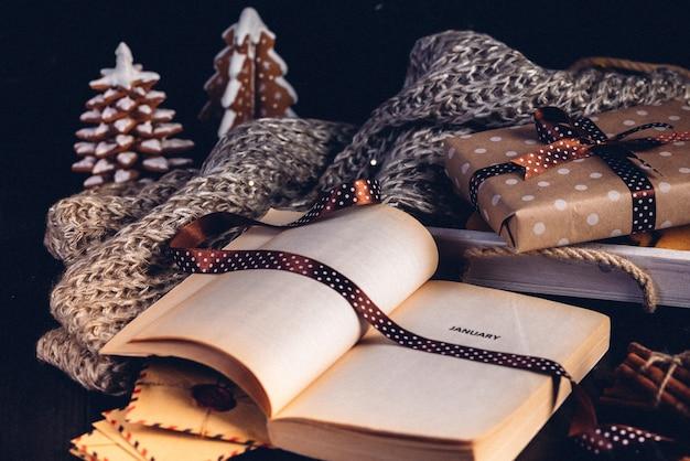 Biscuits de sapin de noël en pain d'épice, livre ouvert avec l'inscription sur la page